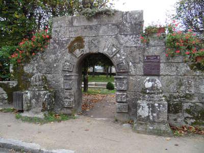 Guerlesquin entree du jardin public de la place du champ de bataille petite cite de caractere routes touristiques dans le finistere guide du tourisme en bretagne