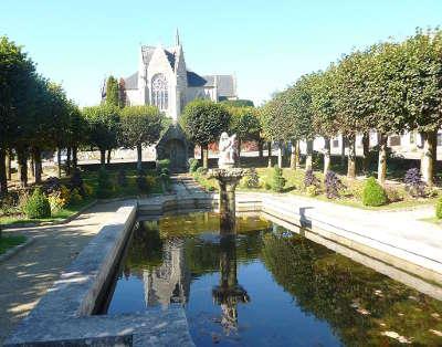 Guerlesquin le jardin public de la place du champ de bataille petite cite de caractere routes touristiques dans le finistere guide du tourisme en bretagne