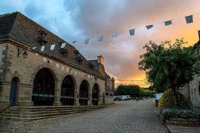 Guerlesquin les halles dont les premieres fut construites vers 1525 petite cite de caractere routes touristiques dans le finistere guide du tourisme en bretagne 1