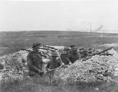 Hamel soldats australiens et americains dans les tranchees pendant la bataille routes touristique de la somme guide du tourisme de picardie