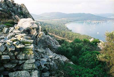 Ile de porquerolles cabanes des premiers ermites chretiens de la gaule narbonnaise routes touristiques du var guide du tourisme de la provence alpes cote d azur