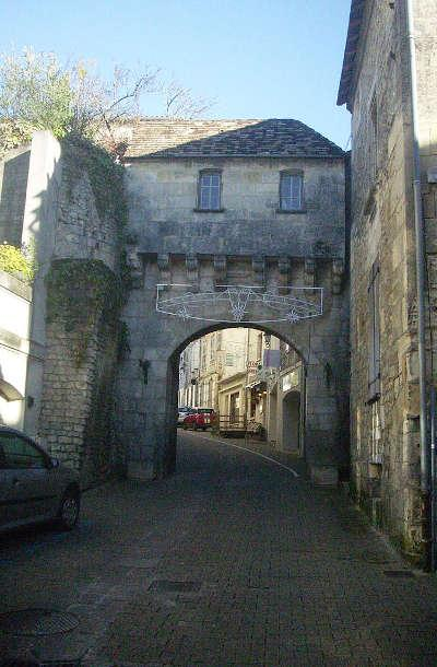 Jonzac porte de la ville du xve siecle routes touristique de charente maritime guide du tourisme de poitou charentes