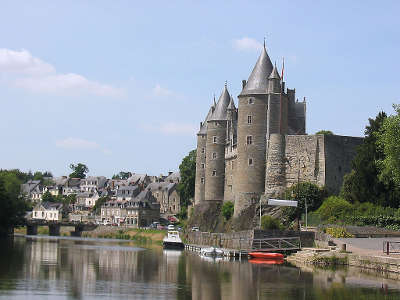 Josselin et le chateau des rohan sur les rives de l oust petite cite de caractere routes touristiques dans le morbihan guide du tourisme en bretagne