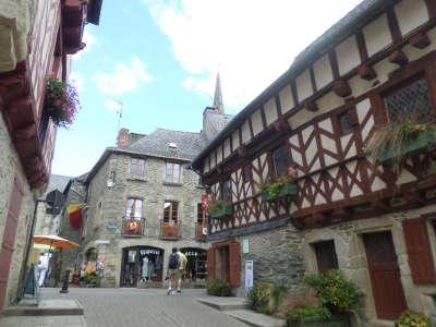 Josselin rue de beaumanoir petite cite de caractere routes touristiques dans le morbihan guide du tourisme en bretagne