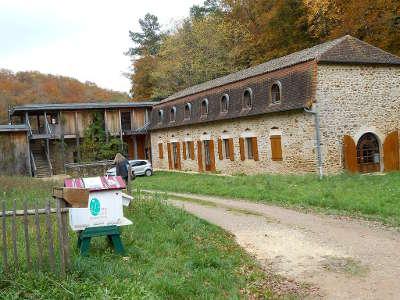 La barde maison du parc naturel regional perigord limousin sur la commune de la coquille guide du tourisme de la dordogne aquitaine