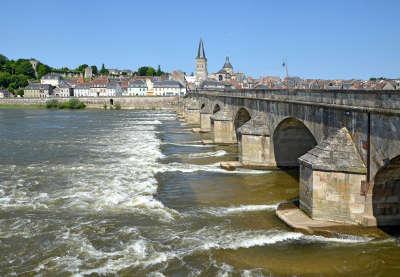 La charite sur loire ville d art et d histoire la loire et le vieux pont de la charite sur loire routes touristiques dans la nievre guide du tourisme en b