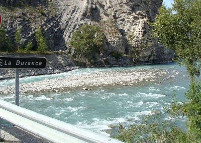 La durance est encore un torrent a l approche de la retenue de serre poncon routes touristiques guide du tourisme de provence alpes cote d azur