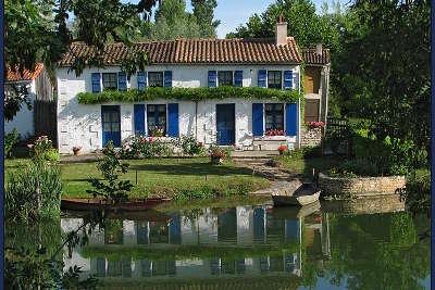 La fameuse maison aux volets bleus dans le parc naturel regional du marais poitevin