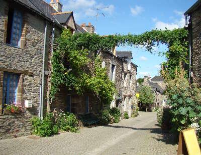 La gacilly cite d art et d histoire ruelle routes touristiques dans le morbihan guide du tourisme en bretagne