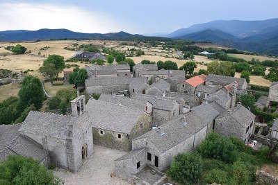 La garde guerin vue d ensemble plus beaux villages routes touristiques de lozere gard guide touristique du languedoc roussillon