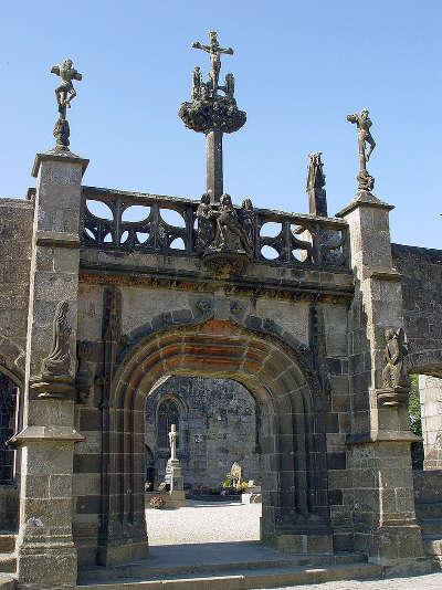 La martyre la porte triomphale de l enclos paroissial couronnee de son calvaire