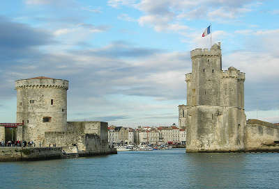 La rochelle les tours du vieux port routes touristique de charente maritime guide du tourisme poitou charente