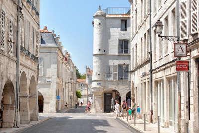 La rochelle rue dans la vieille ville routes touristique de charente maritime guide du tourisme poitou charente