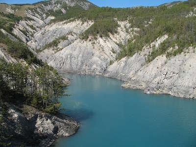 Lac de serre poncon routes touristiques des hautes alpes guide du tourisme de provence alpes cote d azyr