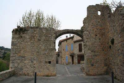 Lagrasse porte de l eau plus beau village de france routes touristiques de aude guide du tourisme d occitanie