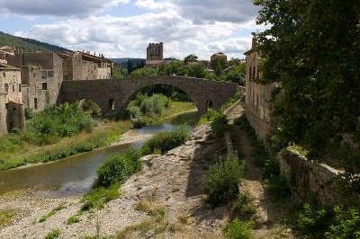 Lagrasse village et vieux pont plus beau village de france routes touristiques de aude guide du tourisme d occitanie