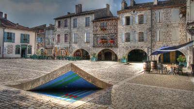Lauzerte plus beau village la place des cornieres routes touristiques du tarn et garonne guide du tourisme midi pyrenees