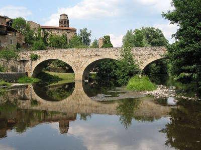 Lavaudieu vieux pont sur la senouire plus beaux villages de france routes touristiques de haute loire guide touristique auvergne