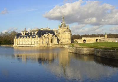 Le chateau de chantilly dans le val d oise guide de tourisme de l ile de france