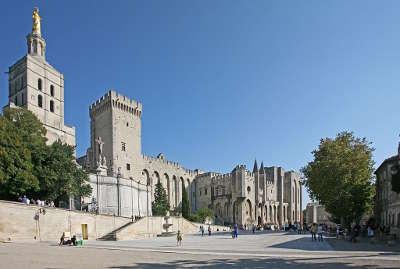 Le palais des papes vue de la place du palais avignon routes touristiques du vaucluse guide du tourisme de provence alpes cote d azur