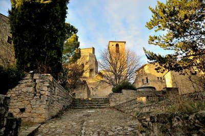Le poet laval plus beau village village perche vue sur la chapelle et le chateau routes touristiques de la drome guide touristique rhone alpes