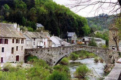 Le pont de monvert pont sur le tarn routes touristique de la lozere guide du tourisme du languedoc roussillon
