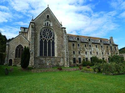Lehon l abbaye saint magloire de lehon petite cite de caractere routes touristiques dans les cotes d armor guide du tourisme en bretagne