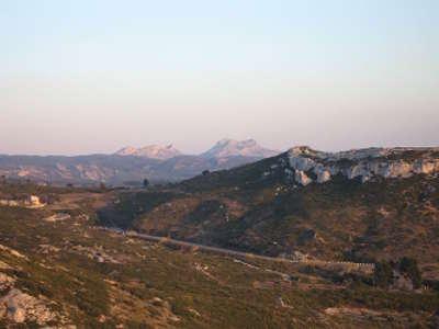 Les alpilles la tour des opies 498 m au fond guide touristique des bouches du rhone paca