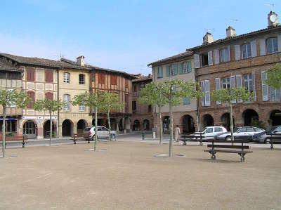 Lisle sur tarn la place de la bastide routes touristiques du tarn guide du tourisme de l occitanie