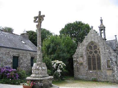 Locronan chapelle et croix petite cite de caractere et plus beau village routes touristiques dans le finistere guide du tourisme en bretagne