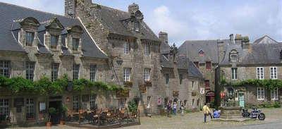 Locronan petite cite de caractere et plus beau village les routes touristiques dans le finistere guide du tourisme en bretagne