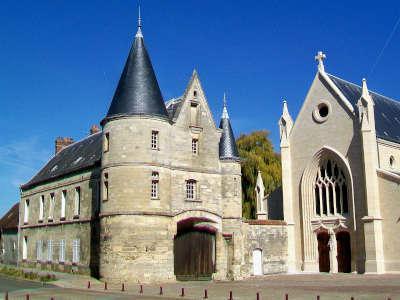 Longueil sainte marie porte fortifiee du xvie siecle et facade de l eglise saint martin routes touristique de l oise guide du tourisme de picardie