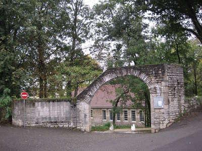 Lons le saunier entree du site historique des sources du puits sale et ledonia routes touristiques du jura guide du tourisme de franche comte