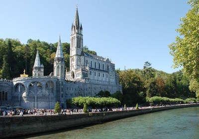 Lourdes basiliques notre dame du rosaire et de l immaculee conception et gave de pau routes touristique des hautes pyrenees guide du tourisme midi pyreneess