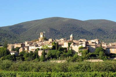 Lourmarin plus beau village routes touristiques du vaucluse guide du tourisme de provence alpes cote d azur