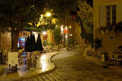 Lourmarin plus beau village rue du village la nuit routes touristiques du vaucluse guide du tourisme de provence alpes cote d azur