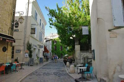 Lourmarin plus beau village rue du village routes touristiques du vaucluse guide du tourisme de provence alpes cote d azur