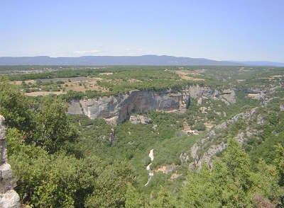 Luberon vallee de l aiguebrun depuis le fort de buoux au nord du grand luberon routes touristiques du vaucluse guide du tourisme de provence alpes cote d azur