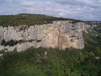 Luberon vue generale de la falaise de buoux routes touristiques du vaucluse guide du tourisme de provence alpes cote d azur