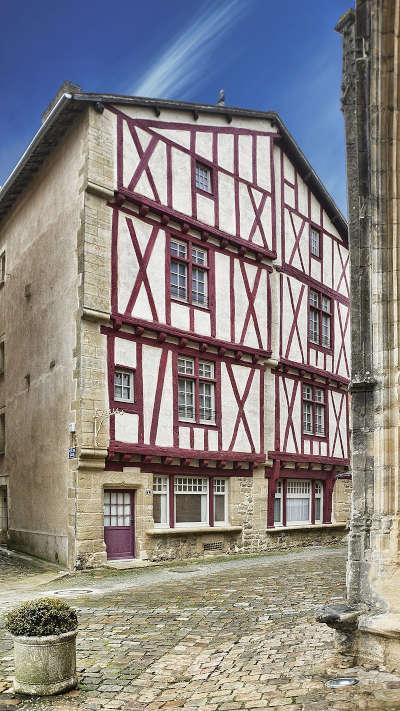 Lusignan maison du xve dans le centre historique routes touristique de la vienne guide du tourisme de poitou charentes