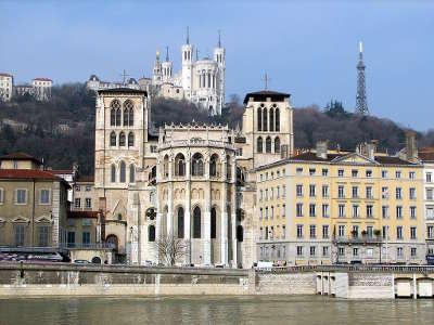 Lyon la primatiale saint jean au premier plan et la basilique notre dame de fourviere routes touristiques du rhone guide du tourisme rhone alpes