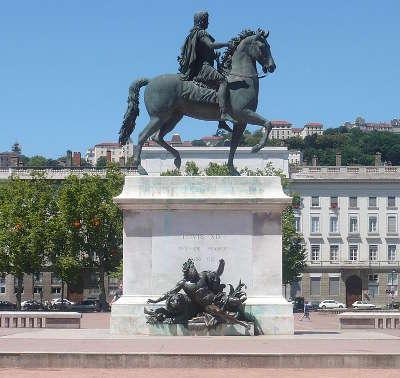 Lyon place bellecour statue equestre de louis xiv routes touristiques du rhone guide du tourisme rhone alpes