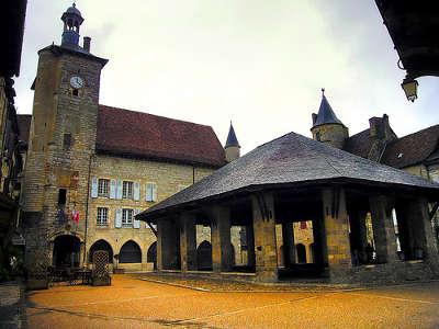 Martel le beffroy et les halles routes touristiques du lot guide du tourisme midi pyrenee