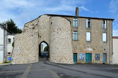 Mauleon chateau ancienne porte routes touristique des deux sevres guide du tourisme de poitou charentes