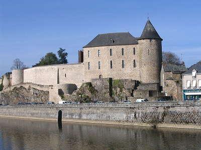 Mayenne le chateau carolingien routes touristiques de mayenne du tourisme du pays de la loire