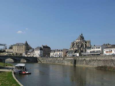 Mayenne le chateau l eglise et les quais routes touristiques de mayenne du tourisme du pays de la loire