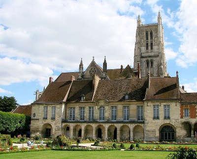Meaux le palais episcopal renfermant le musee bossuet ses jardins et la cathedrale saint etienne routes touristiques de seine et marne guide touristique ile de france