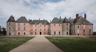 Meug sur loire facade du chateau routes touristiques dans le loiret guide du tourisme centre val de loire