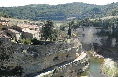 Minerve les remparts plus beaux villages routes touristiques de herault guide touristique du languedoc roussillon