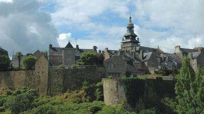 Moncontour les remparts cite de caractere et plus beaux village de france routes touristiques dans les cotes d armor guide du tourisme en bretagne